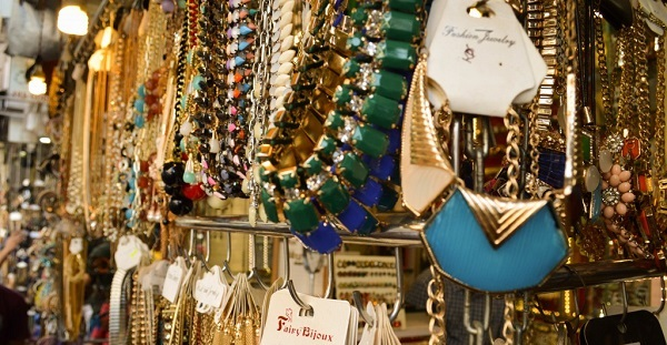 Buy fabulous accessories at the Colaba Causeway market
