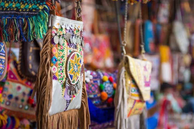 13 Amazing Places For Street Shopping in Delhi
