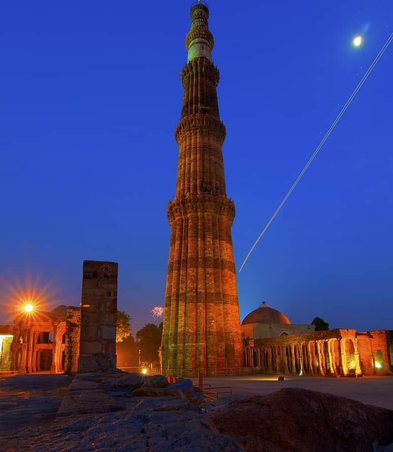 The massive monolith of Qutub Minar at night